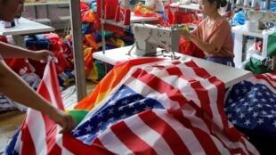 Một xưởng may cờ Mỹ tại Phụ Dương (Fuyang), tỉnh An Huy (Anhui), Trung Quốc. Ảnh chụp ngày 24/07/2018