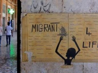 REUTERS/Tony Gentile |Sur cette image visible sur un mur à Rome, on peut lire «Migrants pour la vie».