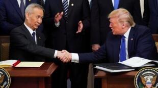 Phó thủ tướng Trung Quốc Lưu Hạc (T) và tổng thống Mỹ Donald Trump bắt tay sau khi ký thỏa thuận thương mại giai đoạn 1 tại Washington, ngày 15/01/2020.