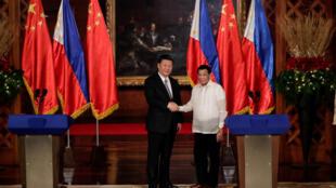 Chủ tịch Tập Cận Bình và tổng thống Rodrigo Duterte bắt tay  tại Dinh Tổng Thống, Manila, ngày 20/11/2018.
