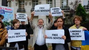Перед зданием посольства РФ в Париже прошла акция в поддержку Олега Сенцова и Александра Кольченко.