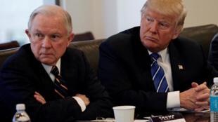 El fiscal general Jeff Sessions (izquierda) rescindió cinco importantes directivas emitidas por la administración del expresidente Barack Obama.