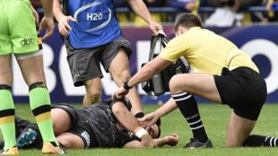 Un joueur reste au sol après un choc, lors d'un match de rugby professionnel. (Illustration).