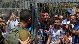 Des manifestants palestiniens face aux soldats israéliens pendant la manifestation, le 3 septembre 2017, dans la vieille vilte d'Hébron.