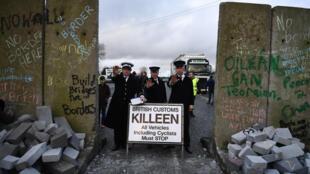 Bối cảnh biên giới giả do người dân Ailen dựng lên tại biên giới để bày tỏ lo ngại khả năng phục hồi kiểm soát biên giới giữa hai miền Ailen, ngày 26/01/2019.