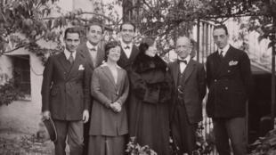 گروهی از برگزارکنندگان کنکور ١٩٢٢: خانم واندا لاندووسکا نوازنده بزرگ پیانو (با پالتوی سیاه) بین لورکا و دفایا دیده می شود