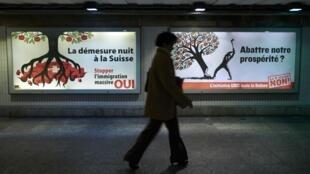 Afiches a favor del control de la inmigración en Lausana durante la campaña electoral.
