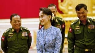 Bà Aung San Suu Kyi, với các dân biểu Quân Đội Miến Điện, tháng 3/2016.