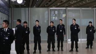 Các nhân viên an ninh ở sân bay Bắc Kinh.