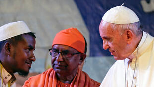 Le pape François serrant la main d'un réfugié rohingya lors d'une conférence interreligieuse à la cathédrale Sainte-Marie de Dacca, au Bangladesh, le 1er décembre 2017.