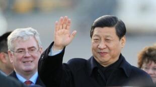 អនុប្រធានាធិបតី Xi Jinping ទទួលស្វាគមន៍ដោយឧបនាយករដ្ឋមន្ត្រីអៀរឡង់ លោក Eamon Gilmore (ឆ្វេង) នៅពេលមកដល់អាកាយាន្តដ្ឋាន Shannon ថ្ងៃ១៨ កម្ភៈ២០១២