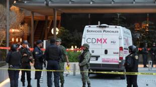 Des soldats et des policiers face au Plaza Artz Pedregal à Mexico où ont été tués deux mafieux israéliens, le 24 juillet 2019.