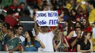 Trong trận Tây Ban Nha gặp Tahiti tại Rio ngày 20/6/ 2013 Cúp Liên đoàn, một cổ động viên giơ khẩu hiệu  : «Chúng tôi cần những bệnh viện FIFA»