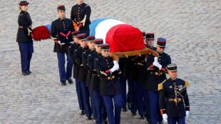 Elementos da Guarda Republicana francesa transportando o caixão de Charles Aznavour no pátio dos Inválidos, em Paris - 5 de Outubro de 2018