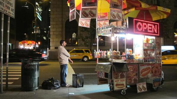 Un vendeur de rue immigré sur la 7e avenue, New York