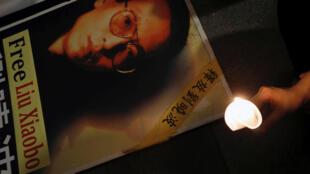 Um cartaz a pedir a libertação de Liu Xiaobo, durante um protesto em Hong Kong, a 29 de Junho de 2017.