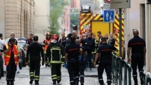 Lính cứu hỏa và đội ngũ cứu thương gần hiện trường vụ nổ ở trung tâm thành phố Lyon, ngày 24/05/2019.