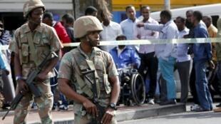 Des militaires sud-africains lors d'un raid mené contre le trafic d'armes et l'immigration illégale, dans la ville du Cap, le  7 mai 2015.