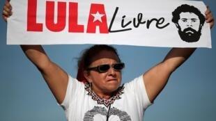 Освобожденного из тюрьмы экс-президента Бразилии встречала толпа ликующих сторонников
