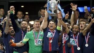 Los jugadores del PSG celebraron su triunfo ante el Auxerre en el Stade de France.