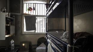 Superpopulação nas prisões é problema na França