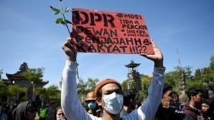 Manifestants contre les réformes juridiques controversées, notamment l'interdiction des relations sexuelles hors mariage et l'affaiblissement de l'agence anti-corruption, à Denpasar, sur l'île de Bali.