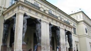 Портик Нового Эрмитажа со скульптурами Атлантов