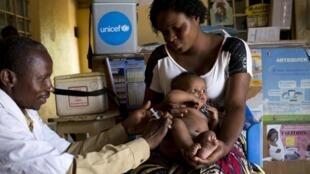 L'Unicef vaccine des milliers d'enfants et achemine des kits médicaux dans différents centres de santé en RDC.