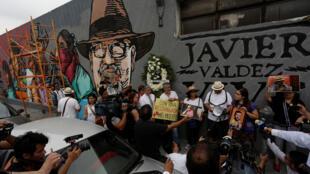 Des manifestants posent devant un portrait de du journaliste de l'AFP assassiné Javier Valdez, le 20 mai 2017 à Monterrey, dans le nord du Mexique.