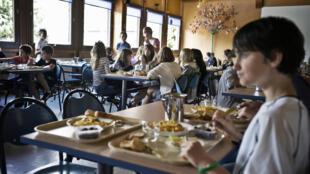 La pratique de distribution de menus de subsititution au porc dans les restaurants scolaires, mise en place en 1984 à Chalon-sur-Saône, y revient après deux années de suspension.