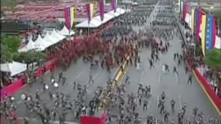 Cảnh binh lính Venezuela đang diễn hành tại thủ đô Caracas (Venezuela) bỏ chạy tán loạn khi xẩy ra vụ nổ ở khu khán đài ngày 04/08/2018. Ảnh chụp màn hình TV
