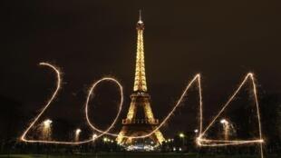 Sem fogos de artifício, proibidos no Reveillon em Paris, efeito de luz 'desenha' 2014 na praça do Trocadero, em Paris.