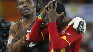 Richard Kingson console Asamoah Gyan. Le Ghana est éliminé.