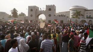 11 апреля на улицы Хартума вышли десятки тысяч человек