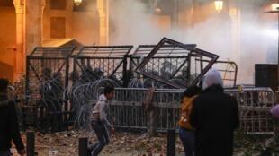 """تظاهرکنندگان، روز شنبه ۱۸ ژانویه، در اطراف پارلمان لبنان و در نزدیکی میدان مشهور """"شهید"""" در مرکز لبنان، تجمع کردند اما با تاریک شدن هوا، درگیری میان نیروهای امنیتی و معترضان افزایش یافت."""