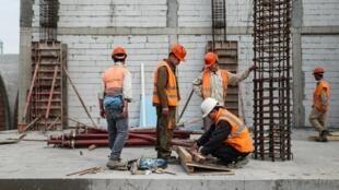 Công nhân Việt Nam làm việc tại một công trường xây dựng ở Bucarest, ngày 26/10/2019.
