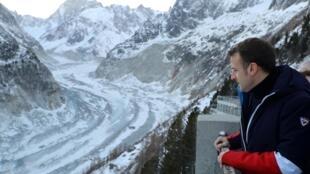 Le président français Emmanuel Macron face au glacier de la Mer de glace, le 13 février 2020.