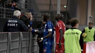 Zagueiro Prince Gouano do Amiens se aproxima da arquibancada para conversar com torcedores do Dijon, 12/04/2019