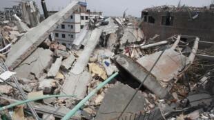 Escombros do prédio que desabou na última quarta-feira, dia 24 de abril, e deixou mais de 370 mortos e mil e duzentos feridos em Dacca, capital do Bangladesh.