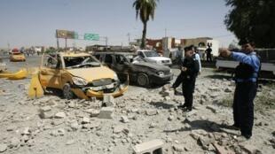 Policiais iraquianos observam estragos causados por explosão em Kirkuk, 250 km ao norte de Bagdá.