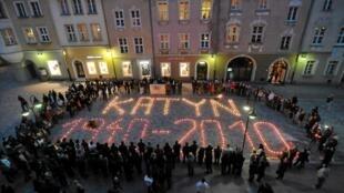 Những ngọn nến được đốt lên tại thành phố Opole, Ba Lan ngày 13/4/2010 để tưởng niệm các nạn nhân vụ thảm sát Katyn.