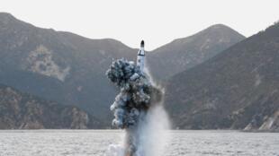 Tên lửa bắn từ tàu ngầm của Bắc Triều Tiên. Ảnh công bố ngày 24/04/2014.