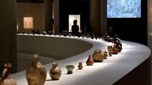 В центре выставки «Грузия, колыбель виноделия» — сценография, которая разворачивается вокруг стола длиной в35метров свинными сосудами разных времен.