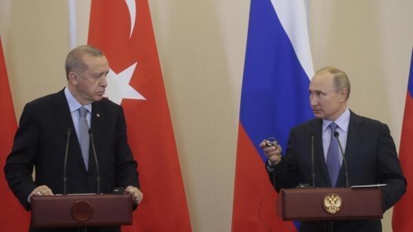 Le président russe Vladimir Poutine (d) et le président turc Recep Tayyip Erdogan, lors de la conférence de presse à Sotchi, à l'issue de négociations marathon sur la Syrie, le 22 octobre 2019.