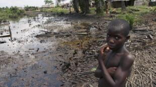 Sur cette photo, dans un village au Nigeria, la terre agricole est dévastée par une nappe de pétrole.