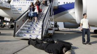Нередко ортодоксы отказываются занимать положенное им по билету место до тех пор, пока персонал авиакомпании не выполнит их условие