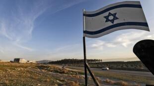 Bandeira israelense na beira do Vale do Jordão, na Cisjordânia ocupada.
