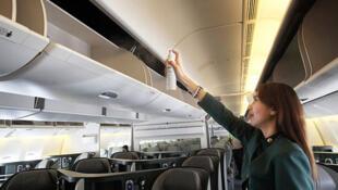 Comissária usa inseticida em avião no aeroporto filipino Ninoy Aquino