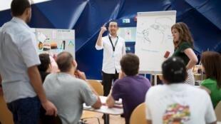 Des migrants bénéficient d'une leçon d'allemand organisée dans un abris d'urgence, le 13 août 2013.