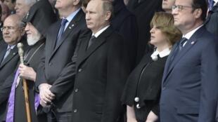 O presidente russo Vladimir Putin (centro), e seus homólogos sérvio,Tomislav Nikolic, e francês, François Hollande, durante a celebração do centenário do genocídio armênio em Erevan, nesta sexta-feira, 24 de abril de 2015.
